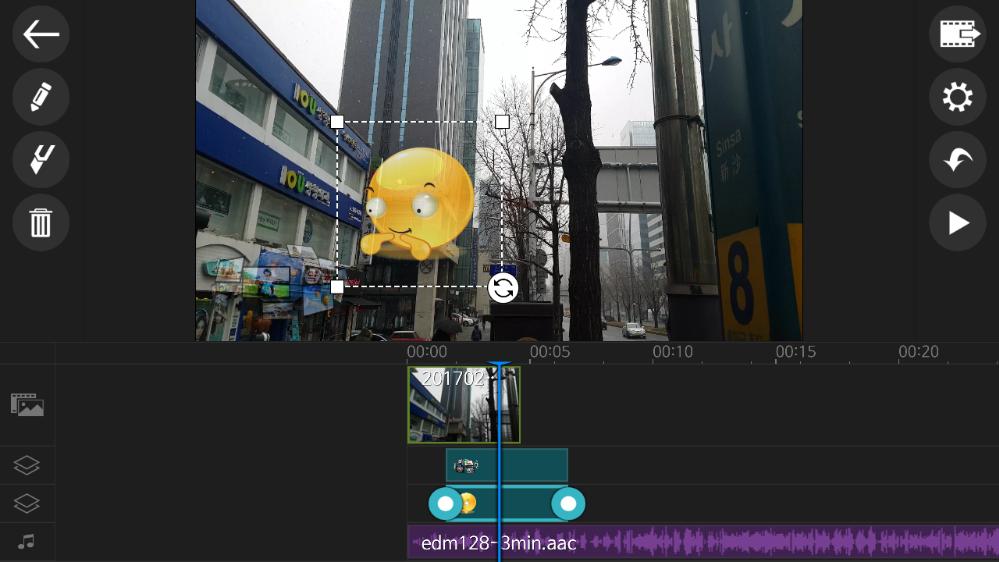 가운데 상단에 동영상 화면이 있고, 하단에는 타임라인이 있다.